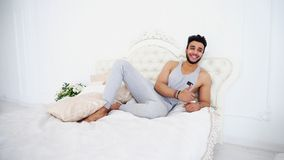 Αραβικό πορτρέτο ατόμων πυροβολισμού που χαμογελά και στην καλή διάθεση στο κρεβάτι στο BR Στοκ Φωτογραφία