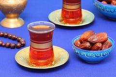 Αραβικό τσάι και ημερομηνίες Στοκ φωτογραφία με δικαίωμα ελεύθερης χρήσης