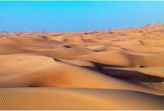 Αραβικό υπόβαθρο αμμόλοφων ερήμων στο μπλε ουρανό Στοκ Φωτογραφίες
