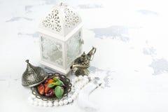 Αραβικό φανάρι, ημερομηνίες, aladdin λαμπτήρας και rosary στο άσπρο υπόβαθρο Στοκ Εικόνες