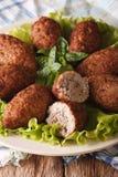 Αραβικό kibbeh με bulgur και πεύκων τα καρύδια σε μια μακροεντολή πιάτων Vertic Στοκ Εικόνες