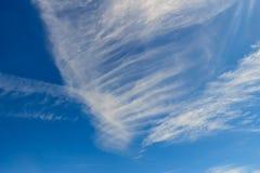 Αραιά σύννεφα στο υπόβαθρο πρωινού μπλε ουρανού σύννεφα χνουδωτά Στοκ φωτογραφία με δικαίωμα ελεύθερης χρήσης