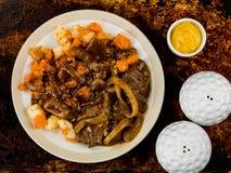 Αργά λαχανικά μπριζόλας και ρίζας με το ζωμό κρεμμυδιών Στοκ Φωτογραφίες