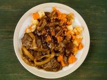 Αργά λαχανικά μπριζόλας και ρίζας με το ζωμό κρεμμυδιών Στοκ φωτογραφίες με δικαίωμα ελεύθερης χρήσης