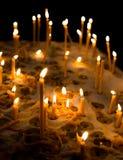 Αργά καίγοντας κεριά κεριών στην εκκλησία ως σύμβολο της μνήμης θανάτου Στοκ φωτογραφίες με δικαίωμα ελεύθερης χρήσης