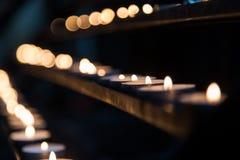 Αργά καίγοντας κεριά κεριών στην εκκλησία ως σύμβολο της μνήμης θανάτου Στοκ εικόνα με δικαίωμα ελεύθερης χρήσης