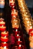 Αργά καίγοντας κεριά κεριών στην εκκλησία ως σύμβολο της μνήμης θανάτου Στοκ Εικόνα