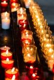 Αργά καίγοντας κεριά κεριών στην εκκλησία ως σύμβολο της μνήμης θανάτου Στοκ Φωτογραφίες