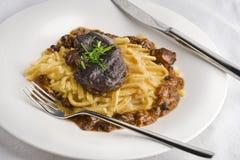 Αργά μαγειρευμένα μάγουλα χοιρινού κρέατος στο ζωμό με τα νουντλς spaetzle Στοκ Εικόνα