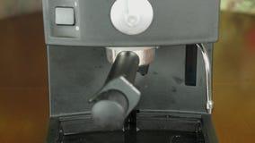Αργά πτώση κάτω από μια πτώση του καφέ Σε αργή κίνηση πυροβολισμός κινηματογραφήσεων σε πρώτο πλάνο μηχανών καφέ Κλειδωμένος μετα απόθεμα βίντεο