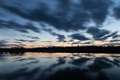 Αργά τη νύχτα στην όχθη ποταμού Στοκ Φωτογραφία