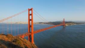 Αργά το απόγευμα ηλιοφάνεια στη χρυσή γέφυρα πυλών απόθεμα βίντεο