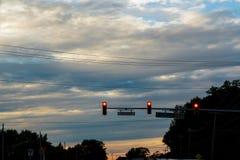 Αργά το απόγευμα κυκλοφορία τα αυτοκίνητα ασφάλτου φράσσουν την άνευ ραφής διανυσματική ταπετσαρία κυκλοφορίας cars σκηνή αστική Στοκ εικόνα με δικαίωμα ελεύθερης χρήσης