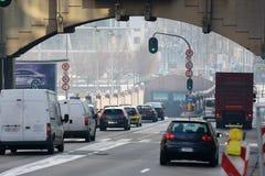 Αργά το απόγευμα κυκλοφορία τα αυτοκίνητα ασφάλτου φράσσουν την άνευ ραφής διανυσματική ταπετσαρία κυκλοφορίας cars σκηνή αστική Στοκ φωτογραφία με δικαίωμα ελεύθερης χρήσης