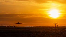 Αργά το απόγευμα πτήσεις στοκ εικόνες