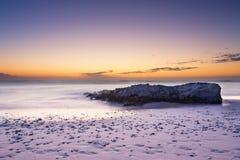 Αργά το βράδυ τοπίο του ωκεανού πέρα από τη δύσκολη ακτή με το blo σύννεφων Στοκ Φωτογραφίες