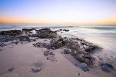 Αργά το βράδυ τοπίο του ωκεανού πέρα από τη δύσκολη ακτή με το blo σύννεφων Στοκ φωτογραφίες με δικαίωμα ελεύθερης χρήσης
