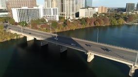 Αργή αντίστροφη κεραία της γέφυρας λεωφόρων συνεδρίων του S στο Ώστιν απόθεμα βίντεο