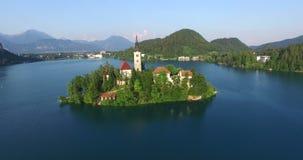 Αργή εναέρια άποψη λίγου νησιού στη σλοβένικη λίμνη που αιμορραγείται απόθεμα βίντεο