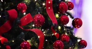 Αργή εστίαση στα φω'τα και τις σφαίρες χριστουγεννιάτικων δέντρων φιλμ μικρού μήκους