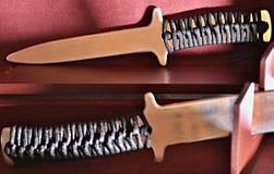 Αργίλιο που εκπαιδεύει knifes με τη λαβή σχοινιών στο κόκκινο κιβώτιο Στοκ Εικόνα