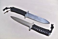 Αργίλιο δύο που εκπαιδεύει knifes με τη λαβή σχοινιών στο άσπρο υπόβαθρο Στοκ Εικόνες
