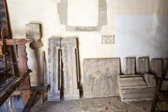Αργαλειός με τα νήματα στο μουσείο με τα χειροποίητα αντικείμενα του αρχαίου Έλληνα στο μοναστήρι, Ελλάδα Στοκ εικόνα με δικαίωμα ελεύθερης χρήσης