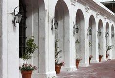 Αργεντινή, Μπουένος Άιρες Ρυθμός των άσπρων τόξων με τα λουλούδια και τους λαμπτήρες οδών, οριζόντια άποψη Στοκ φωτογραφία με δικαίωμα ελεύθερης χρήσης