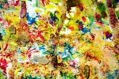 Αργυροειδή κίτρινα ιώδη κόκκινα σημεία Watercolor, υπόβαθρο μορφών αντίθεσης στα χρώματα κρητιδογραφιών Στοκ Εικόνες