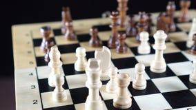 Αργός ακολουθώντας πυροβολισμός πίσω από τα κομμάτια σκακιού στον ξύλινο πίνακα σκακιού φιλμ μικρού μήκους