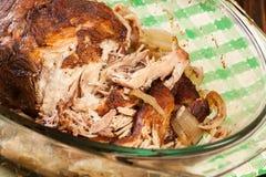 Αργός μαγειρευμένος τργμένος ώμος χοιρινού κρέατος με το κρεμμύδι και το σκόρδο Στοκ Φωτογραφία