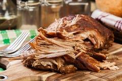 Αργός μαγειρευμένος τργμένος ώμος χοιρινού κρέατος στοκ εικόνα