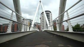 Αργός περίπατος σε μια γέφυρα απόθεμα βίντεο
