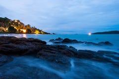 Αργός σωρός κυμάτων θάλασσας επάνω στους βράχους τη νύχτα στοκ εικόνες