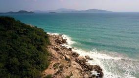 Αργός foamy ωκεάνιος ρόλος κυμάτων στους παράκτιους απότομους βράχους απόθεμα βίντεο