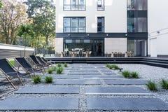 Αργόσχολοι μπροστά από το κτίριο γραφείων Στοκ Φωτογραφίες