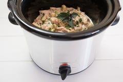Αργό γεύμα κουζινών crockpot με το κοτόπουλο και τα χορτάρια Στοκ Εικόνες