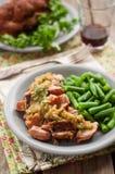 Αργό μαγειρευμένο χοιρινό κρέας με τη σάλτσα της Apple και τα πράσινα φασόλια Στοκ Εικόνα