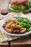 Αργό μαγειρευμένο χοιρινό κρέας με τη σάλτσα της Apple και τα πράσινα φασόλια Στοκ Φωτογραφία