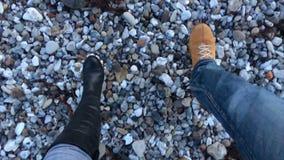 Αργό περπάτημα ζεύγους σε ένα αμμοχάλικο απόθεμα βίντεο