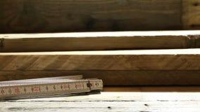 Αργό τηγάνι πέρα από τις ξύλινες σανίδες στο δίπλωμα του κανόνα στο εργαστήριο ξυλουργών απόθεμα βίντεο
