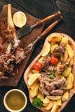 Αργό ψημένο πόδι αρνιών με τις πατάτες και τη σάλτσα Στοκ φωτογραφία με δικαίωμα ελεύθερης χρήσης
