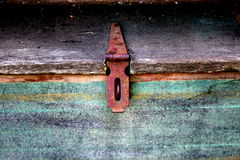 Αρθρωμένος σύρτης σιδήρου στο ξύλινο κιβώτιο αποθήκευσης στοκ φωτογραφίες με δικαίωμα ελεύθερης χρήσης