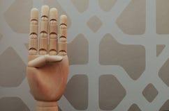 Αρθρωμένο ξύλινο χέρι με τέσσερα δάχτυλα που αυξάνονται στη νύξη στον αριθμό τέσσερα στοκ φωτογραφία