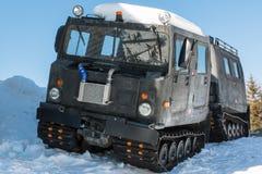 Αρθρωμένο στρατιωτικό ακολουθημένο όχημα φορτίου στο χιόνι Στοκ Εικόνα