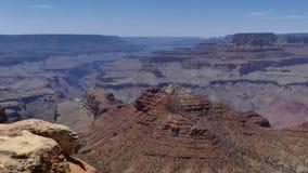Αριζόνα, μεγάλο φαράγγι, τηγάνι Α πέρα από έναν σχηματισμό βράχου στο μεγάλο φαράγγι φιλμ μικρού μήκους