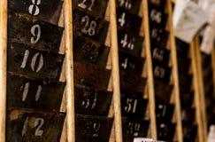 Αριθμημένο παλαιό εξασθενισμένο ράφι τοίχων καρτών διατρήσεων χρονικών ρολογιών Στοκ εικόνες με δικαίωμα ελεύθερης χρήσης