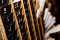 Αριθμημένο παλαιό και εξασθενισμένο ράφι τοίχων καρτών διατρήσεων χρονικών ρολογιών Στοκ φωτογραφία με δικαίωμα ελεύθερης χρήσης