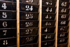 Αριθμημένο παλαιό και εξασθενισμένο ράφι τοίχων καρτών διατρήσεων χρονικών ρολογιών Στοκ Εικόνες