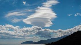Αριθμοί από τα άσπρα σύννεφα σε ένα υπόβαθρο των βουνών Στοκ φωτογραφίες με δικαίωμα ελεύθερης χρήσης